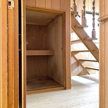 階段下にも収納が。随所にあるのはありがたいです。