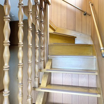 階段上って2階へ参りましょう。