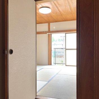 南側の洋室の隣が和室です。
