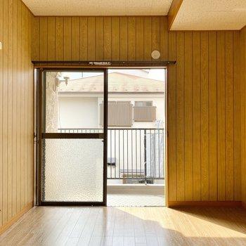 【2階南側洋室】優しい日差しが差し込む素敵な空間です。