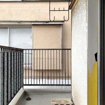 【2階バルコニー】洋室からバルコニーに出られます。洗濯物はこちらで干しましょう。