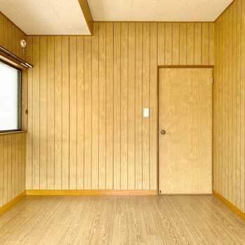 【2階南側洋室】ここを寝室にすると気持ちよく目覚められそうですよね。