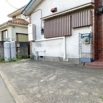 玄関の前は駐車・駐輪スペースに。