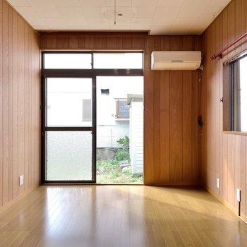 【1階洋室】こちらも二面採光でエアコン付き。書斎にしても良さそうですよね。
