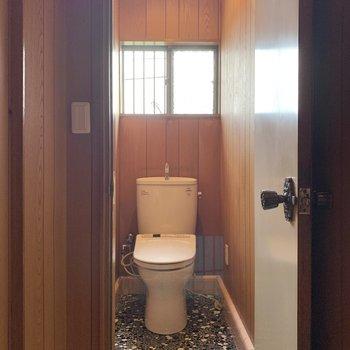 【2階トイレ】納戸を出た左側に温水洗浄機能付きのトイレがあります。