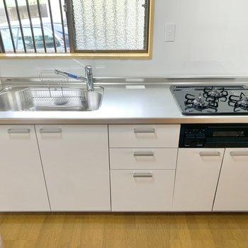 【DK】キッチンは3口コンロでグリル機能付き。窓があるので換気も簡単です。