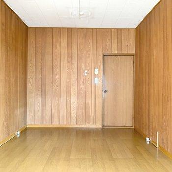 【1階洋室】落ち着く色合いに懐かしさを感じます。
