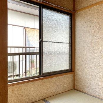 【納戸】約2.5帖の空間ですが、窓が大きくて空気もよく入ります。