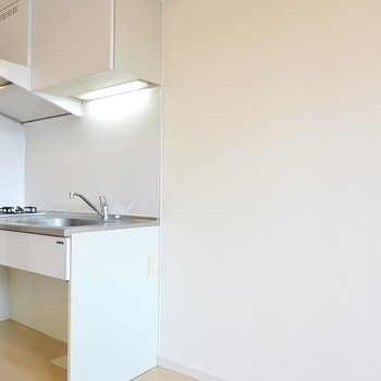 冷蔵庫置場も少し広めに確保されています。その他のキッチン家電もまとめて置けそう。