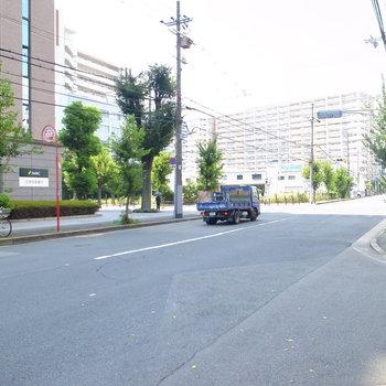 【周辺環境】マンション前の道路。休日のこの日は比較的静かでした。