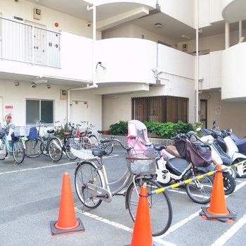 【共用部】自転車はマンション入り口から裏手へ向かうとあります。