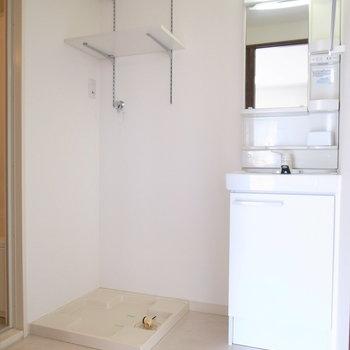 浴室を出て左に洗面台と洗濯機置き場があります。洗面台、けっこうスリム。