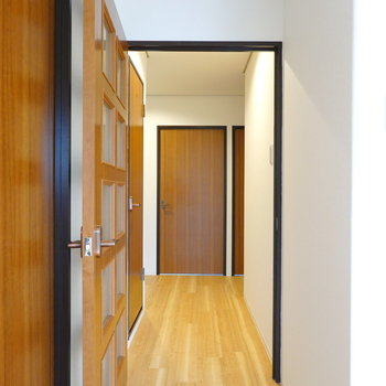 LDKから廊下に出ると左手にトイレ、正面に2つの洋室があります。