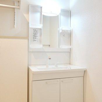 洗面台は新品に!シャンプードレッサーで朝の準備にも役立ちます。