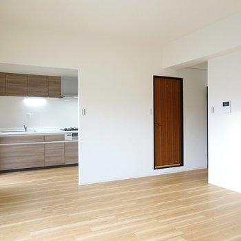 木目の床とキッチンが家族を温かく包み込む、フルリノベーション。