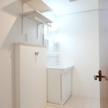 お次は脱衣所へ。洗濯機置き場には便利な棚が付きました。