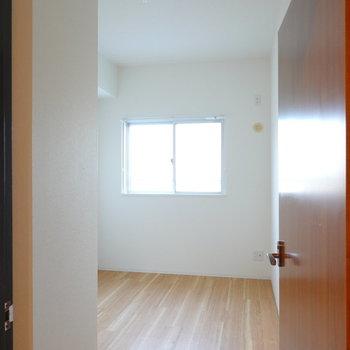 細長い洋室は4.5帖。書斎や子ども部屋に。