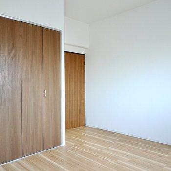 ドア側にはチェストなどを置くと空間を上手に活用できますよ。