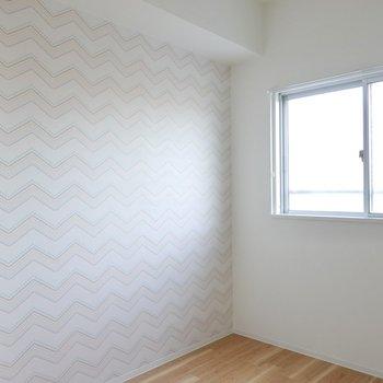 ここにもこだわりが。奥の壁は波型のアクセントクロス!