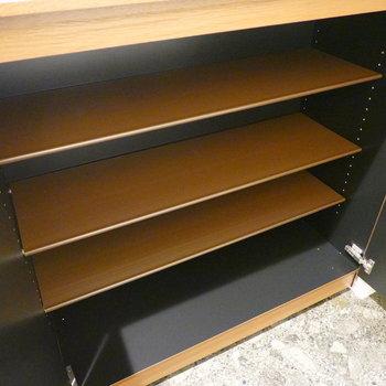 靴箱は1段に4足ほど入る可動棚です。