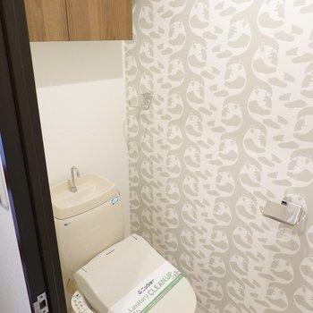 トイレはウォシュレットに収納棚付き!アクセントクロスには少しこだわりを。