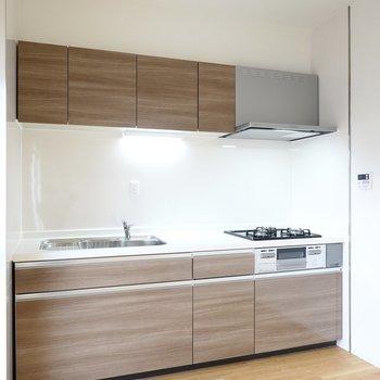 キッチンも木目調で、料理をするのも楽しみになりそう!