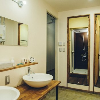 【共用部】丸くて可愛らしい洗面台。シャワールームも同室にあります。