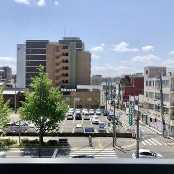 眺望は開けています。大通りがすぐ見えますね。(※写真は4階の別部屋からのものです)
