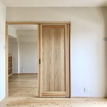 扉も木なのが嬉しい。オープンで風を巡らせるのもいいなあ。(※写真は4階の同間取り別部屋のものです)