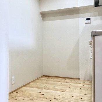キッチンは大人並べる広さ。後ろに冷蔵庫など置けます!(※写真は4階の同間取り別部屋のものです)