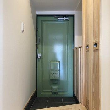 グリーンでレトロな扉が映える玄関。(※写真は4階の同間取り別部屋のものです)