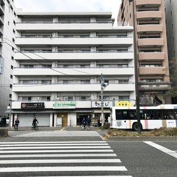 大通り沿いのこちら。バス停も目の前で安心です!