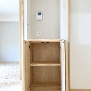ちょっとした棚も。鍵おいたり、掃除道具収納したりね。(※写真は4階の同間取り別部屋のものです)