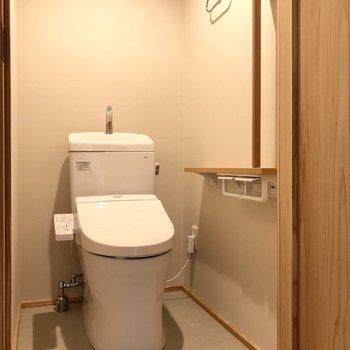 スリムなトイレ。ところどころ木をポイントに!ぬかりない。(※写真は4階の同間取り別部屋のものです)