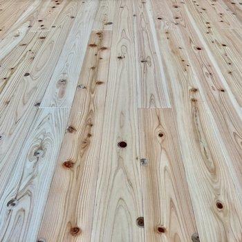 無垢風の床はさらりとしていて、素足で触れたくなる。(※写真は4階の同間取り別部屋のものです)