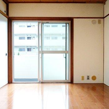 さいごに、玄関横の洋室。掃き出し窓はメインバルコニーに続いています。