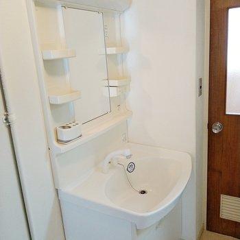 洗面台は新しめで綺麗です◎横の扉は・・・