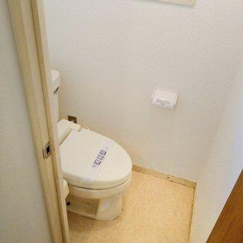 ウォシュレット付きのトイレでした!換気窓も助かる◎