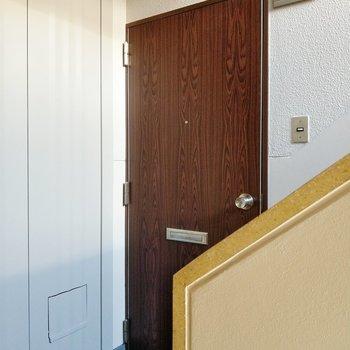 玄関扉はレトロ。インターホンはなくチャイム式です。