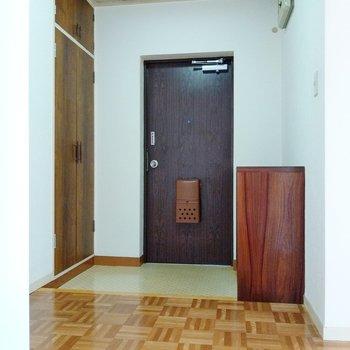 玄関は土間も広々。靴は何足か出したままでもよさそう。両サイドに収納があります。