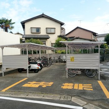 駐輪場は屋根付きでした!完全に雨風は防げないから気になる方はカバーを。