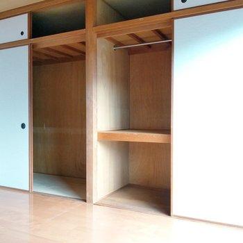 壁一面に収納スペース!ここにもポールがついているので、整頓しやすいですよ。