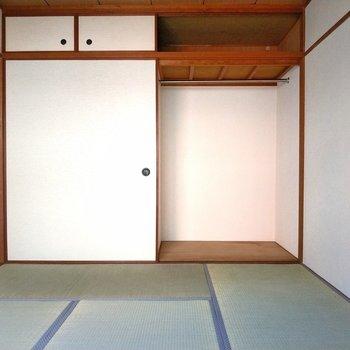 収納部分は右側と天井部分にあります。丈の長い服も掛けられますよ~!
