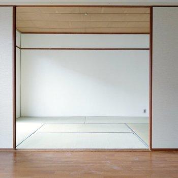 隣の和室と繋げて、広々と使うのもありです。