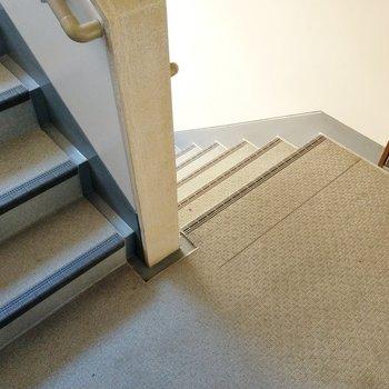 2階まで階段です。階段幅はそんなに広くないので大きな荷物などはネットショッピングで!