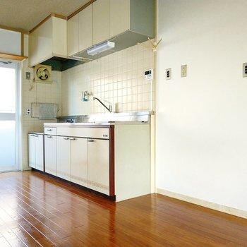 キッチン横に冷蔵庫が置けます。タオル掛けが懐かしい感じ!