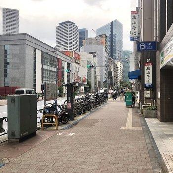 駅前には飲食店などが立ち並んでいます。