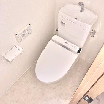 換気用の小窓もあるトイレ。