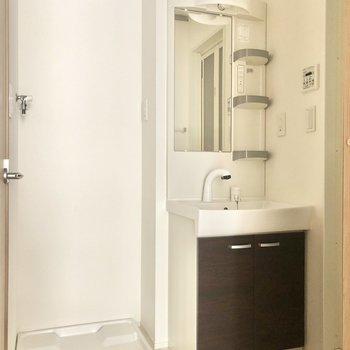 洗濯機置き場と洗面台が並びます。