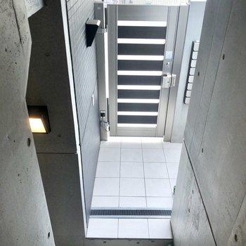 階段を降り、2階エントランス部分です。